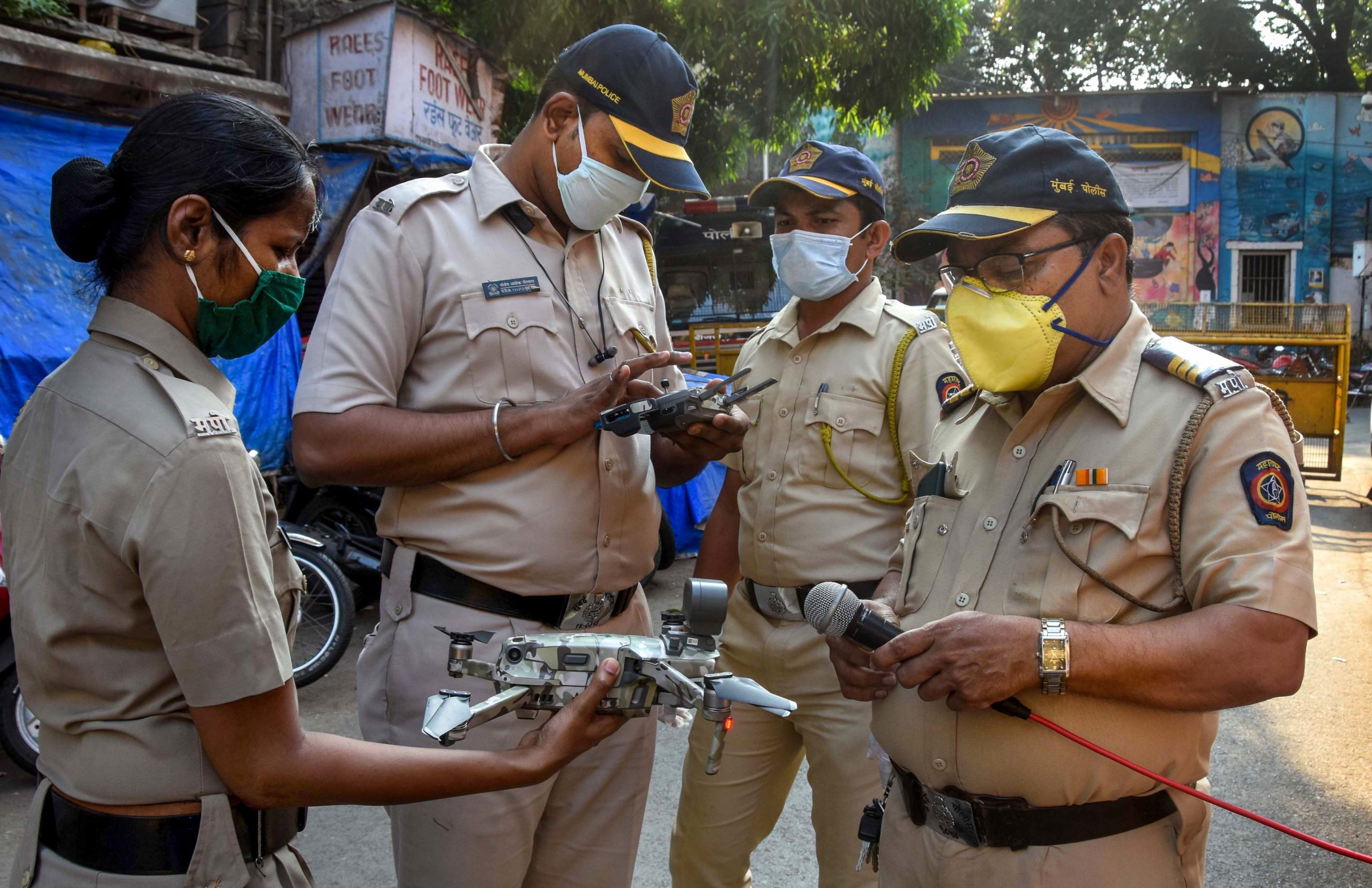 घरों से दो किलोमीटर के दायरे से बाहर न निकलें : मुंबई पुलिस ने निवासियों से की अपील