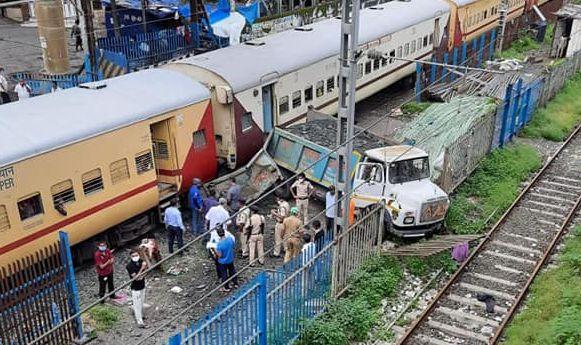 मुंबई के कांदिवली स्टेशन पर डम्पर ट्रक से टकराई ट्रेन, कोई हताहत नहीं