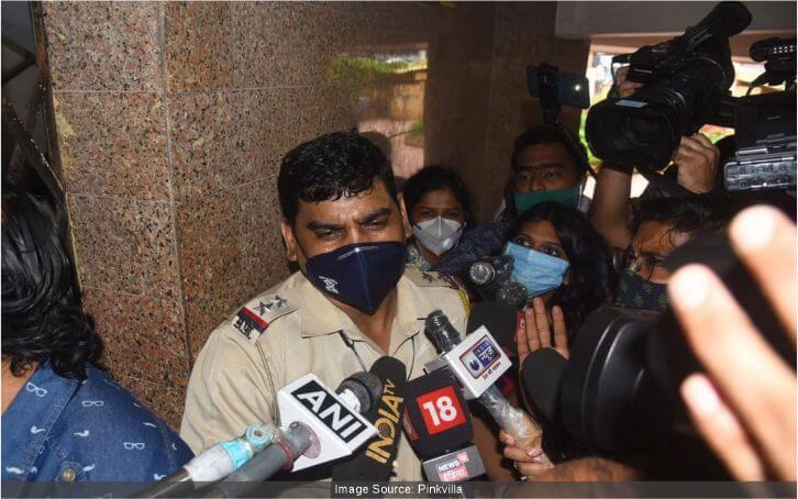 सुरक्षा देने रिया के घर पहुंची मुंबई पुलिस, बताया था जान को खतरा