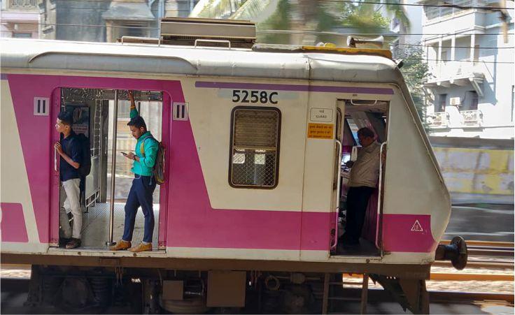 Mumbai Local Train: आज से इन कर्मचारियों को मुंबई लोकल ट्रेन से यात्रा करने की अनुमति मिली