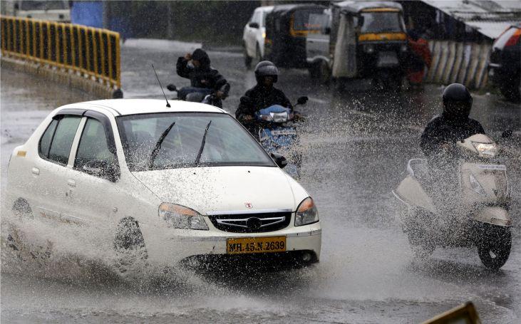Mumbai Rains: मुंबई में भरी बारिश के चलते BMC की अपील, घरों से न निकलें बाहर