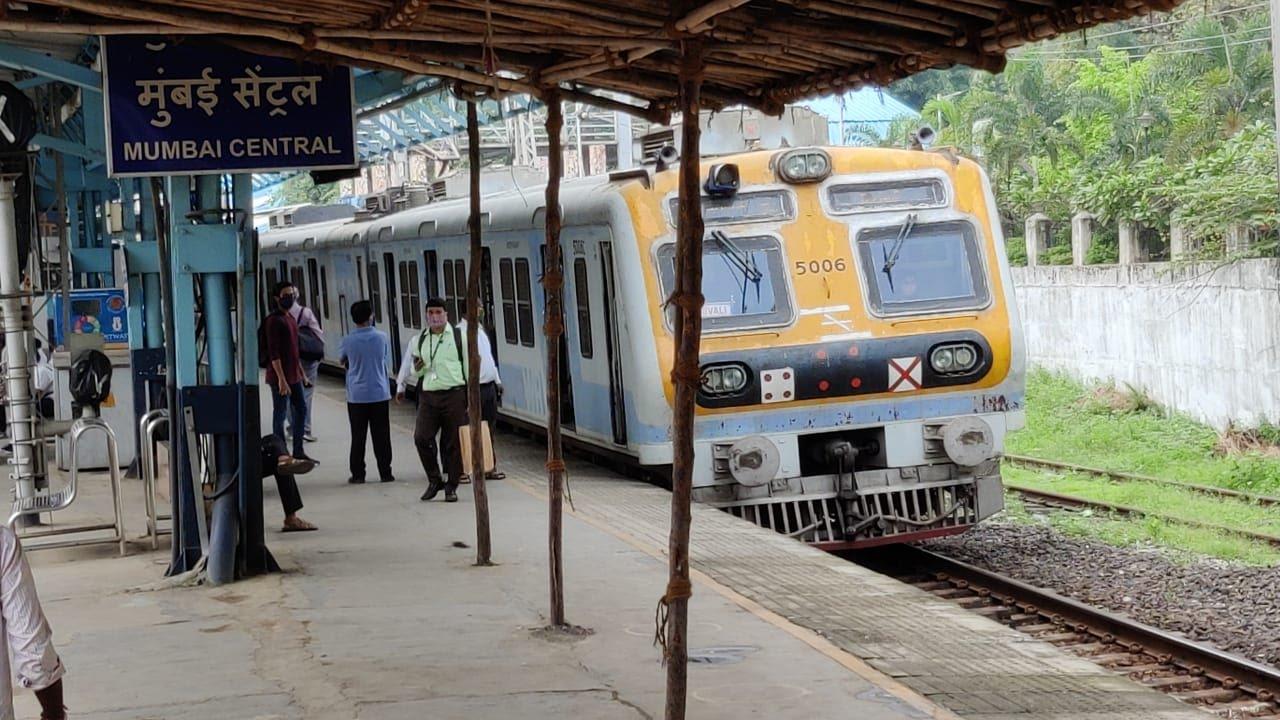 ग्रिड फेल होने से पूरी मुंबई में बिजली गुल, लोकल ट्रेनों में फंसे लाखों यात्री