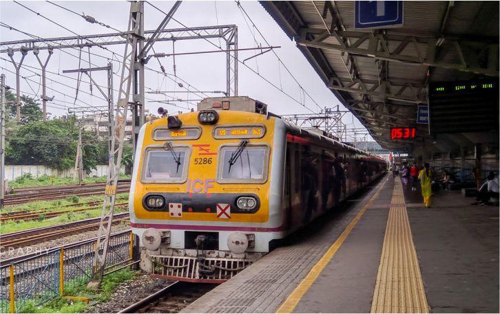 महिलाओं को मिली कुछ घंटों के लिए मुंबई लोकल ट्रेन से यात्रा करने की अनुमति