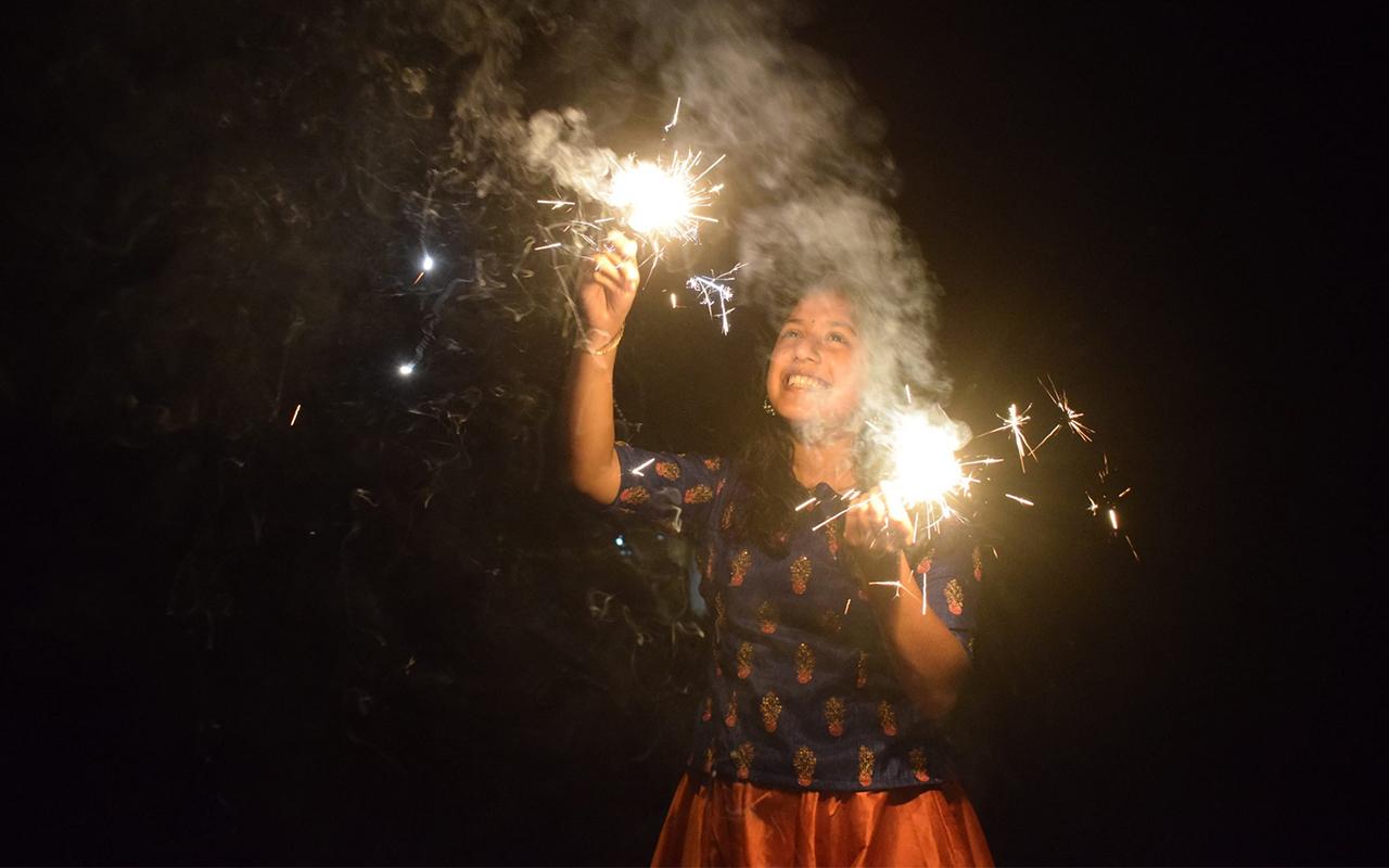 दिल्ली के बाद मुंबई में पटाखों पर लगा बैन, सिर्फ फुलझड़ी-अनार जलाने की छूट