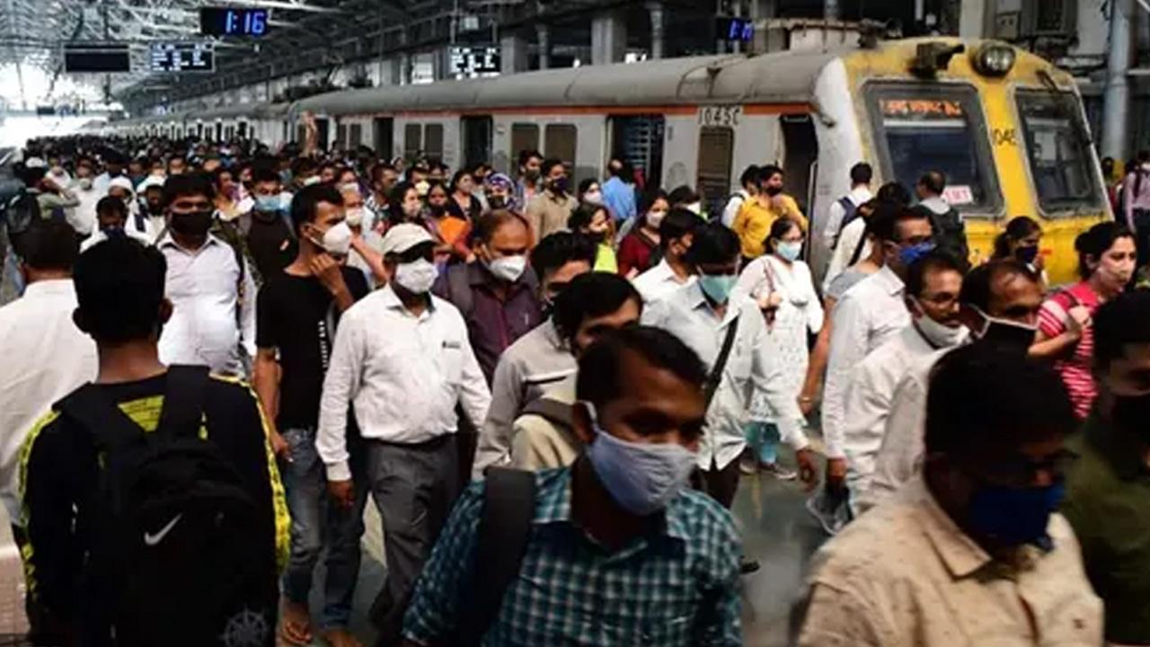 लोकल ट्रेन में सफर करने के लिए स्टेशनों के बाहर यात्रियों की भारी भीड़