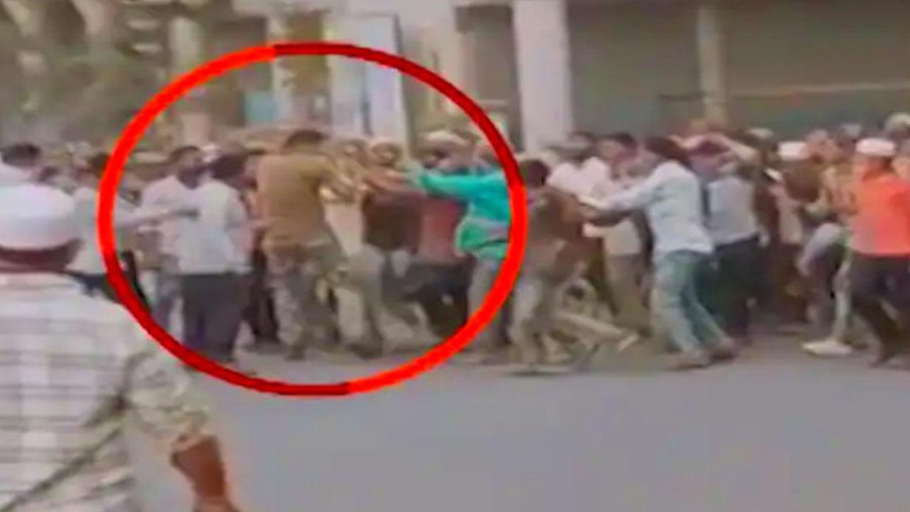 महाराष्ट्र के अहमदनगर जिले में कोरोना नियमों का पालन कराने गए सुरक्षकर्मी पर उग्र भीड़ ने किया जानलेवा हमला