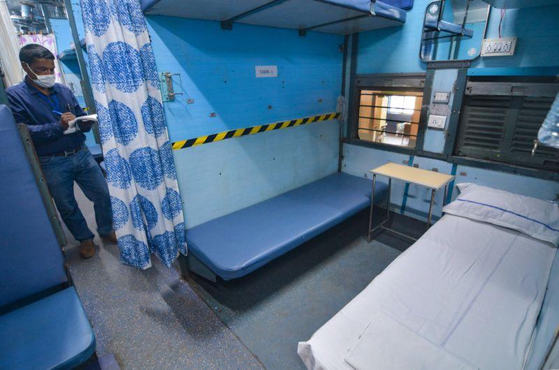वेस्टर्न रेलवे ने मुम्बई से सटे पालघर में कोरोना मरीज़ों के लिए पूरी एक ट्रेन को बनाया कोविड अस्पताल