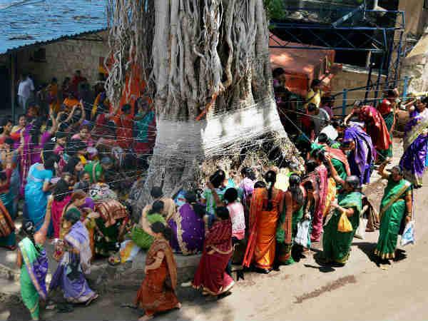 महिलाओं ने अनोखे ढंग से मनाया वट पूर्णिमा का त्योहार