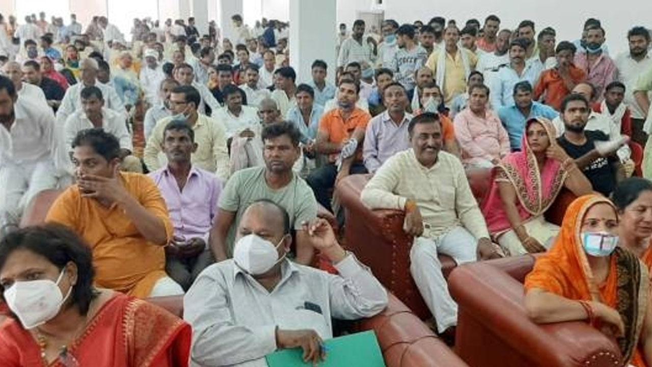 महाराष्ट्र में फिर उड़ी कोरोना गाइडलाइन्स की धज्जियां, दर्शन के लिए उमड़ी 50 हजार भक्तों की भीड़