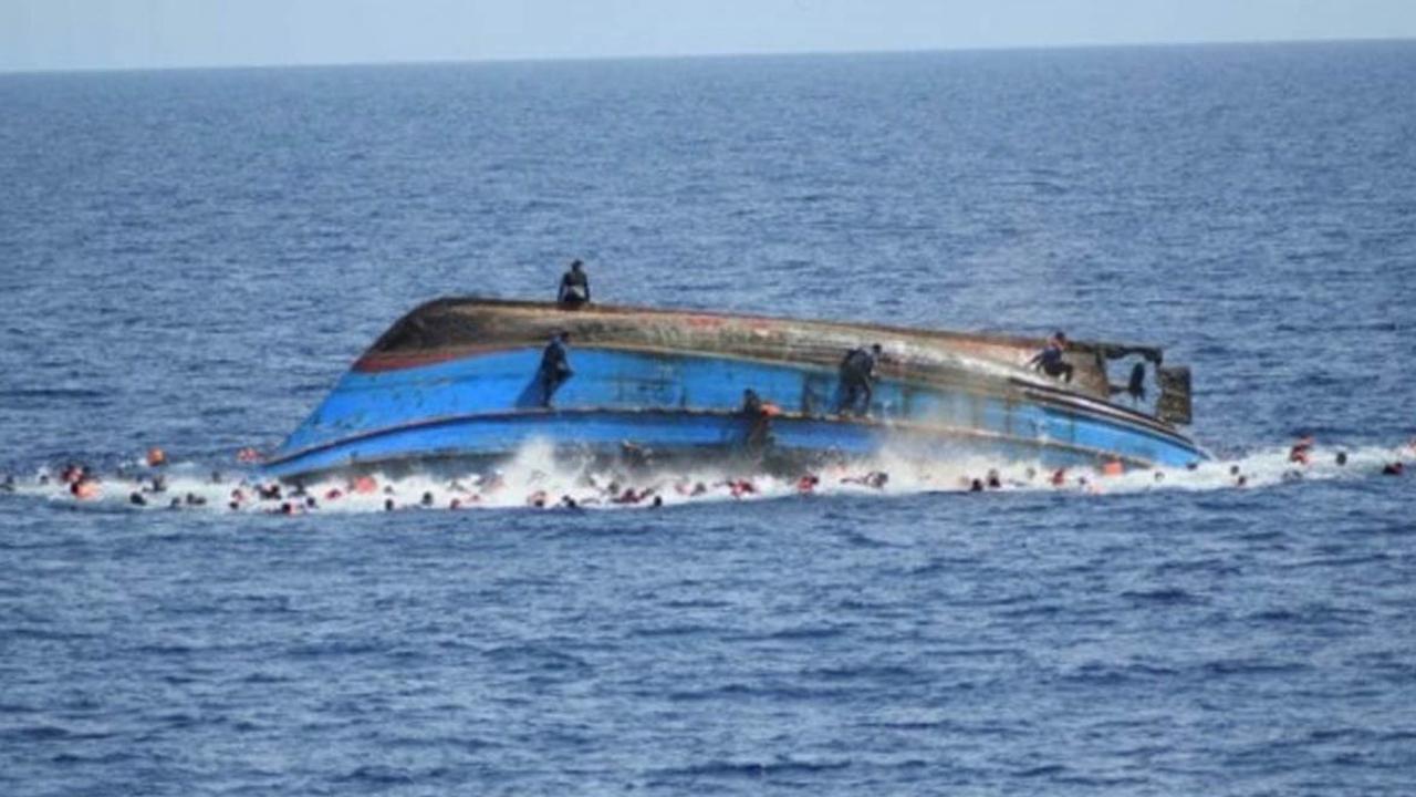 नाव पलटने के कारण 11 लोग डूबे, तीन की मौत, 8 की तलाश जारी