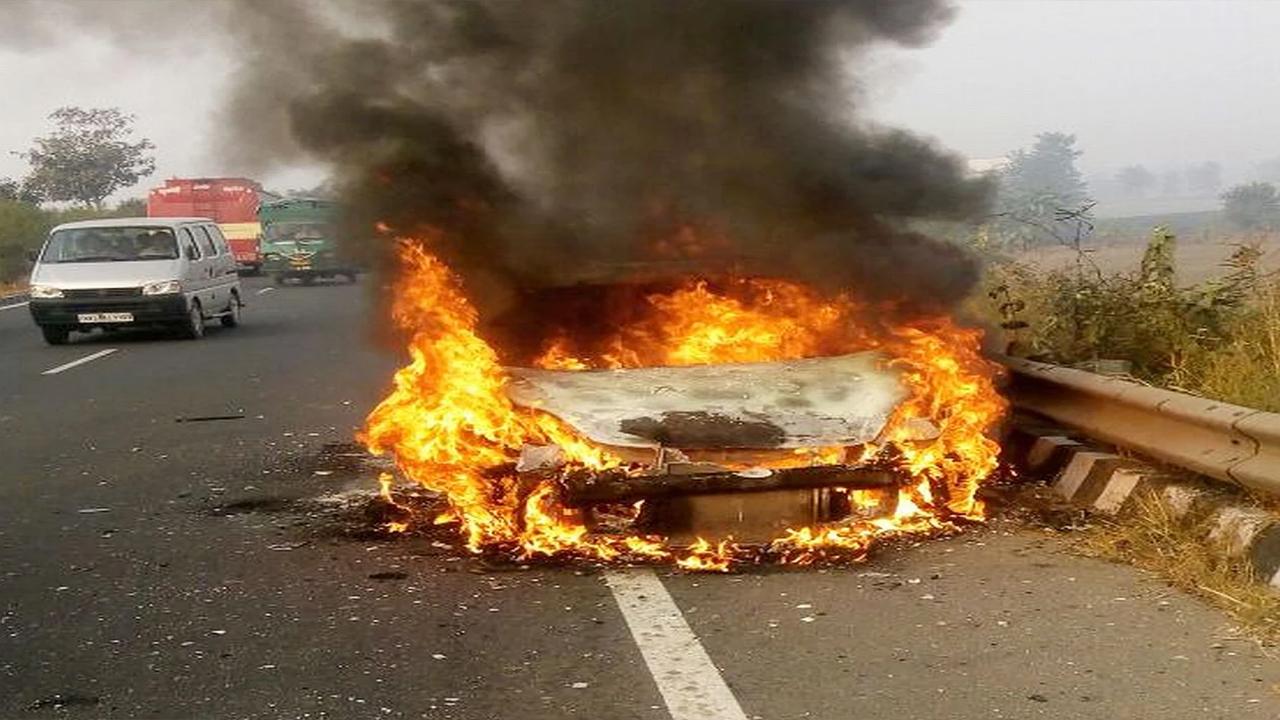 मुम्बई-पुणे हाईवे पर टेम्पो में लगी आग, एक की मौत